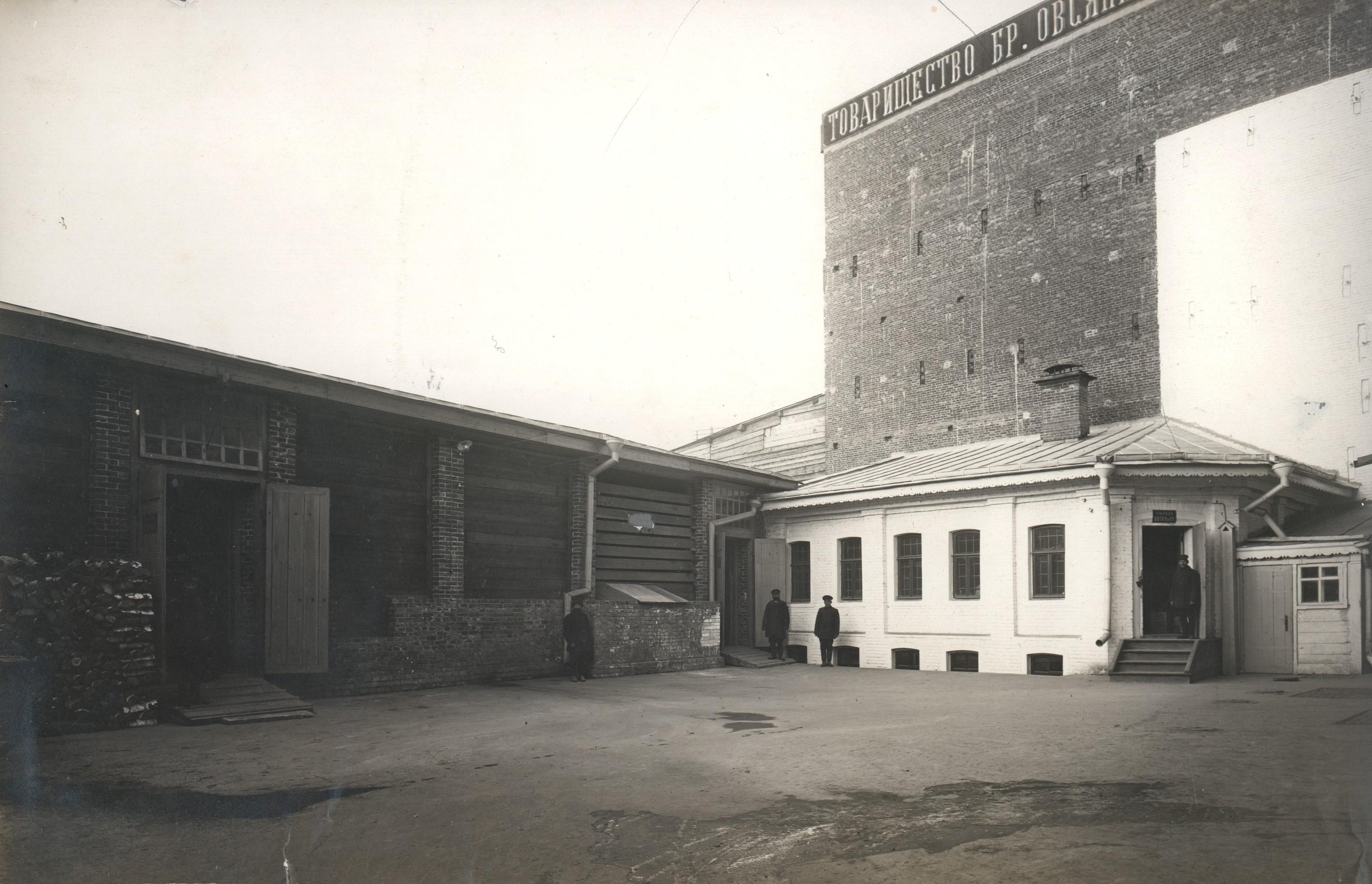 Задний двор и склад торгового представительства фирмы Вогау и Ко.