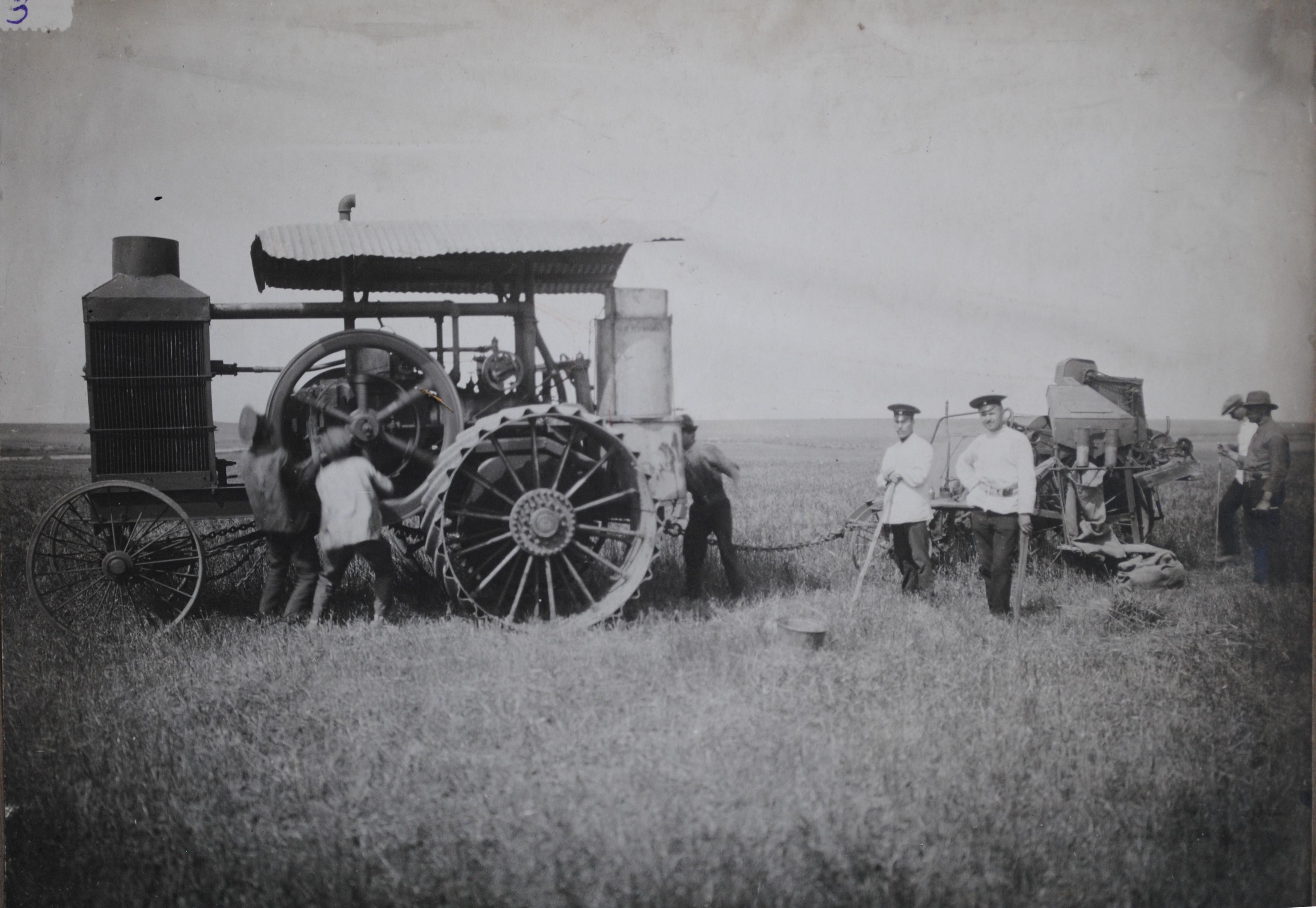 Американский колёсный трактор типа Харт-Парр-3060, проходит испытания на полях, принадлежавших Омской машинноиспытательной станции.1914