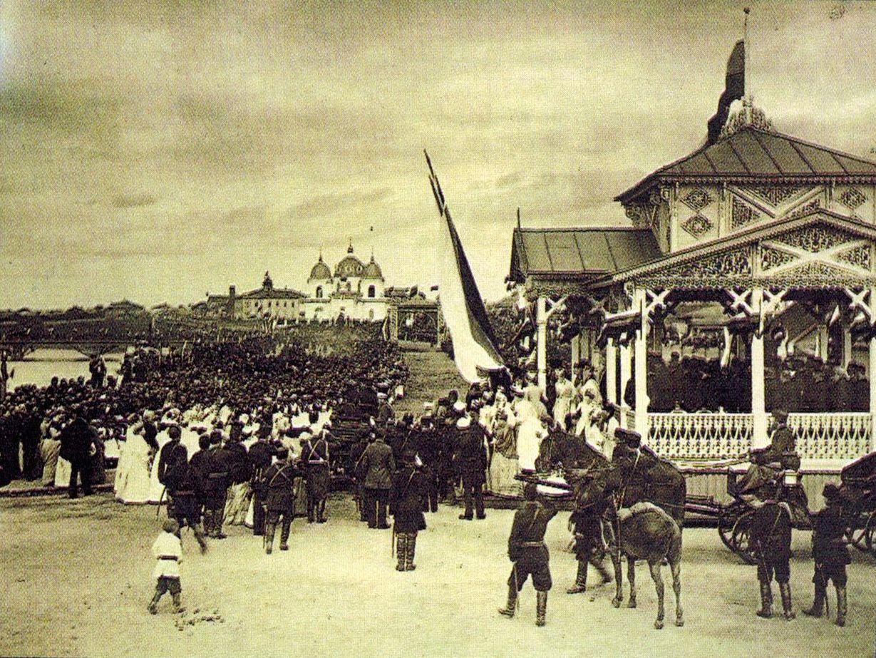 Николай Александрович (цесаревич) садится в экипаж. 1891