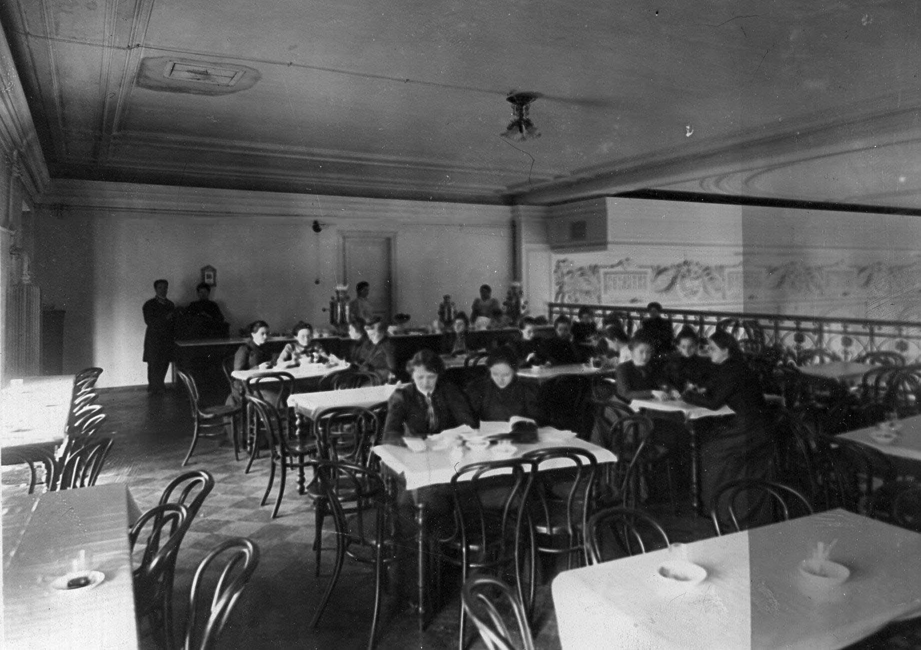 05. Учащиеся в столовой за чаем.