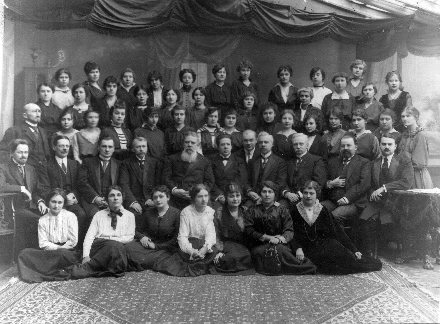 11. Группа учащихся и преподавателей юридического отделения.