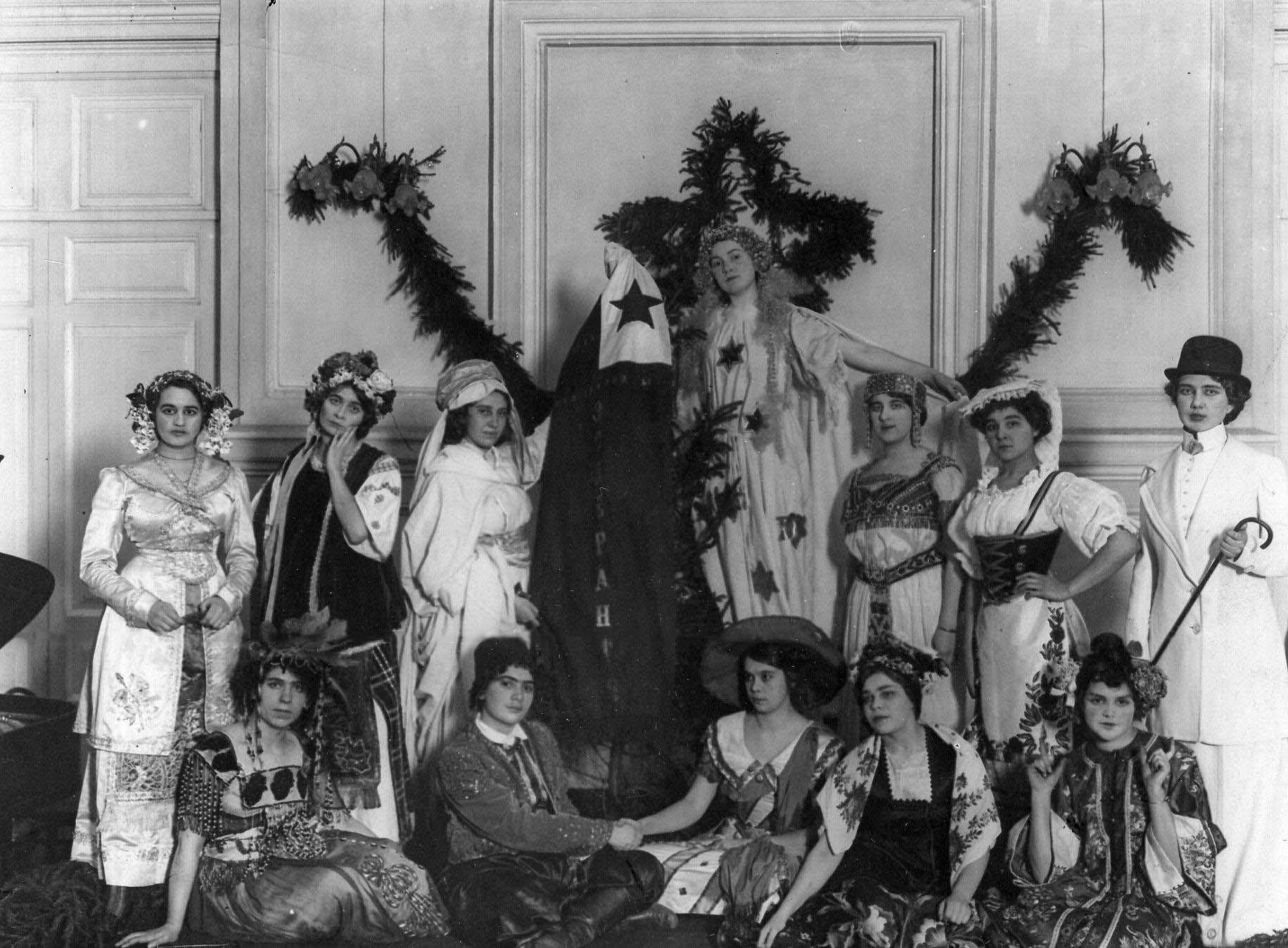 13. Группа членов кружка эсперантистов в маскарадных костюмах