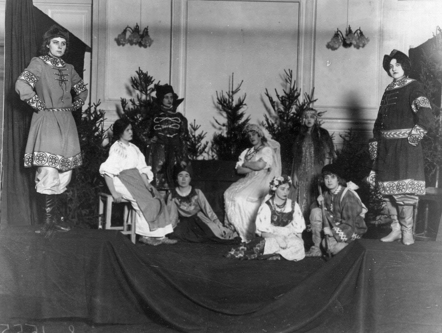 20. Сцена из спектакля в постановке кружка выразительного чтения