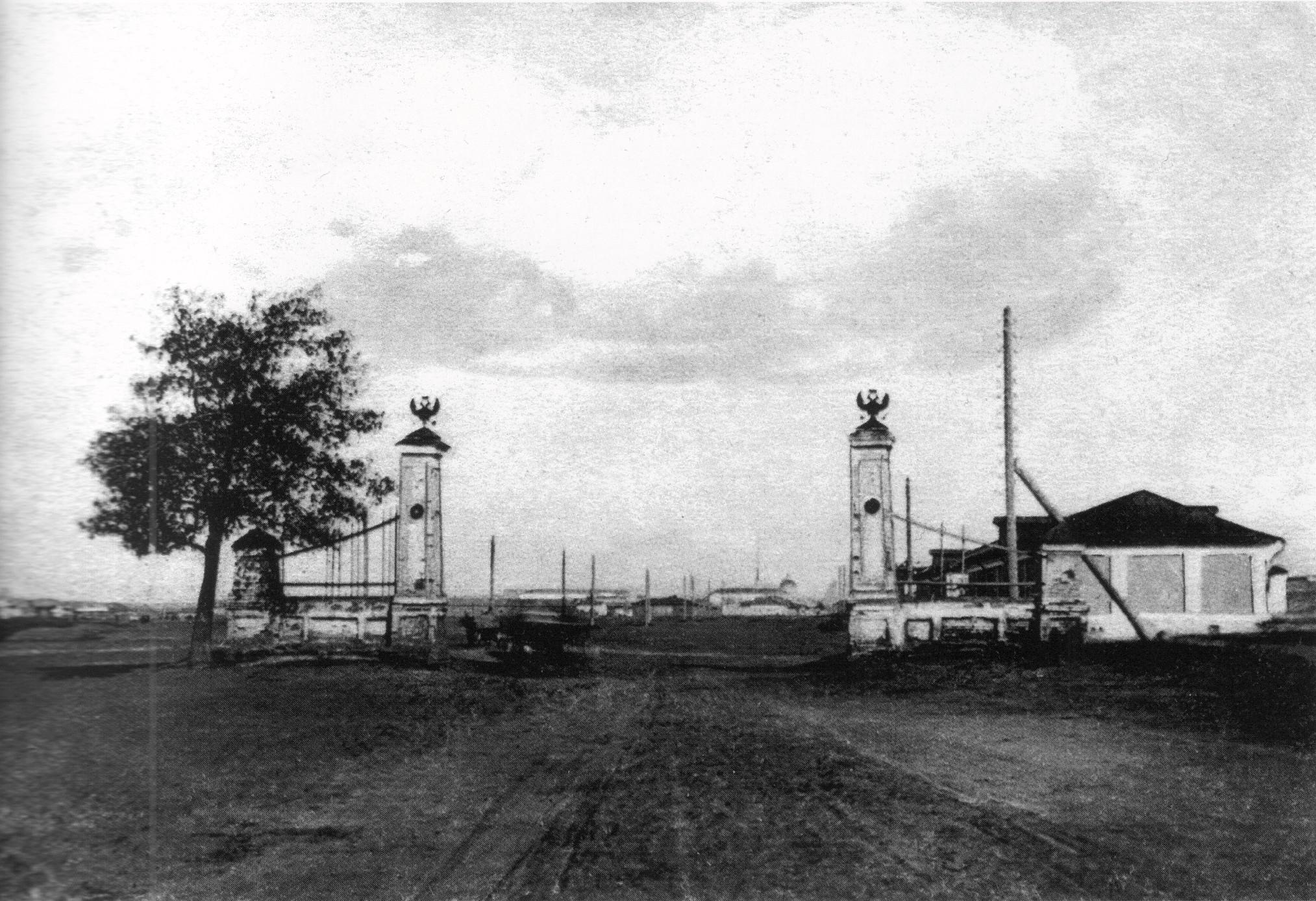 Ворота таможенного поста при южном въезде в город