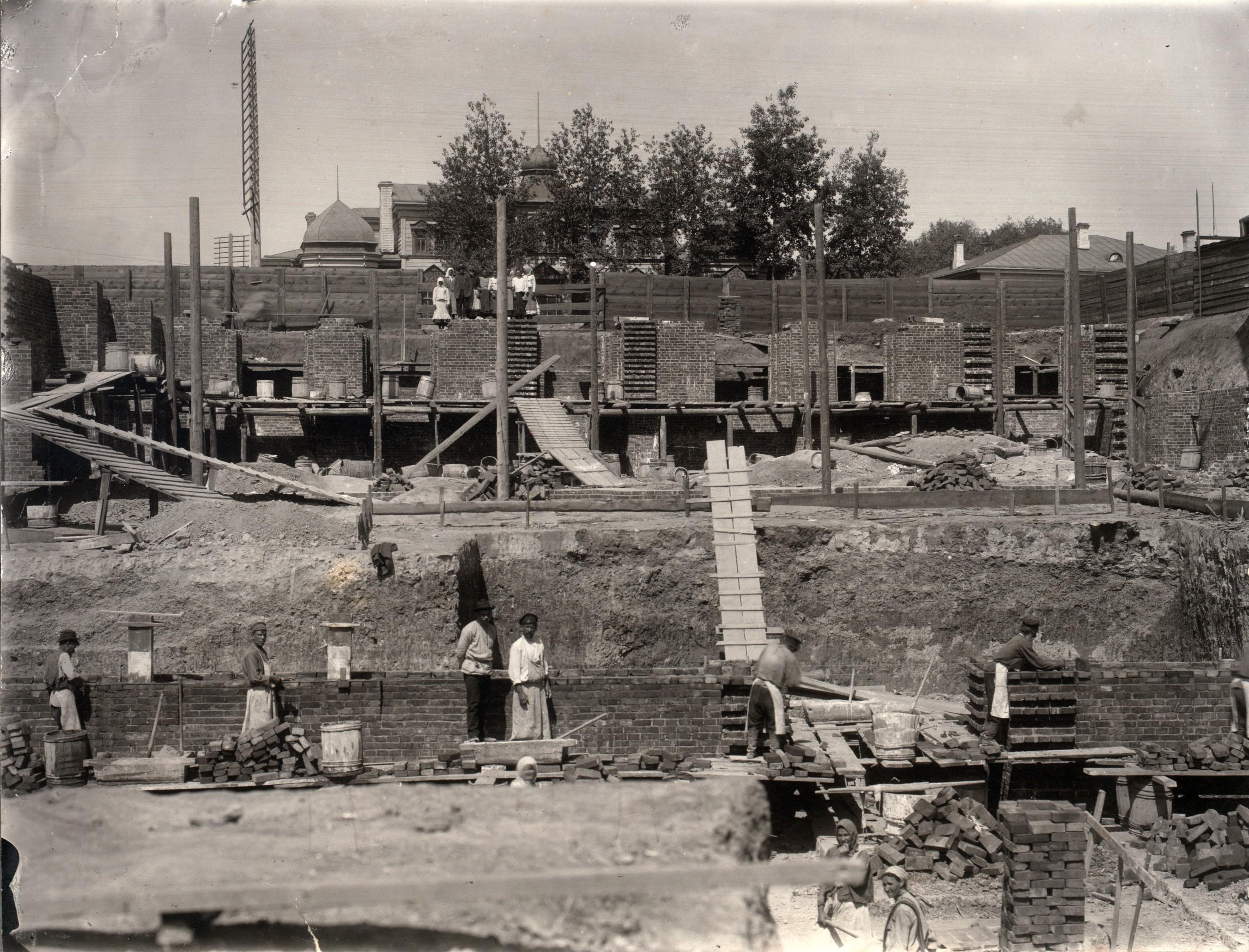 Начальный этап строительства здания Торгового дома Вогау и Ко. Бригада каменщиков. 1910