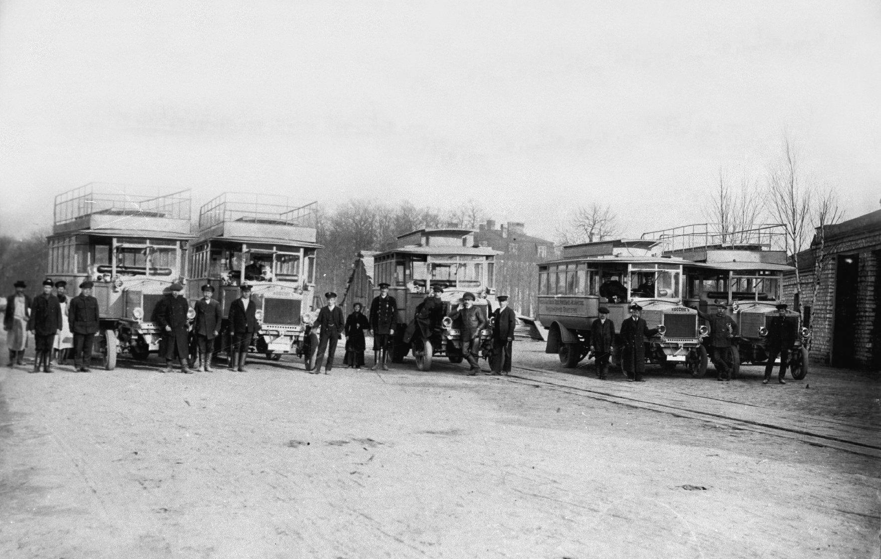 Транспортное депо перед зданием заводоуправления Руссо-Балта. 1913