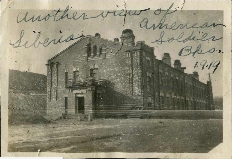 Здание казармы в «Гнилом углу» Владивостока, в котором размещались военнослужащие Американского Экспедиционного Корпуса. 1919.