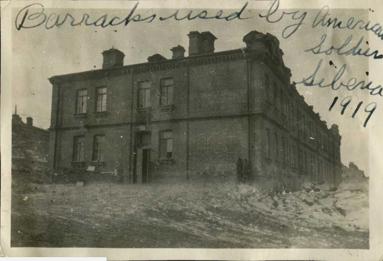 Здание казармы в «Гнилом углу» Владивостока, в котором размещались военнослужащие Американского Экспедиционного Корпуса. 1919
