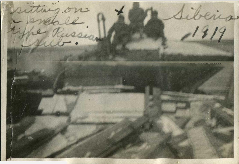 Солдаты армии США позируют на корпусе полуподводной лодки лейтенанта С.А. Боткина. 1919