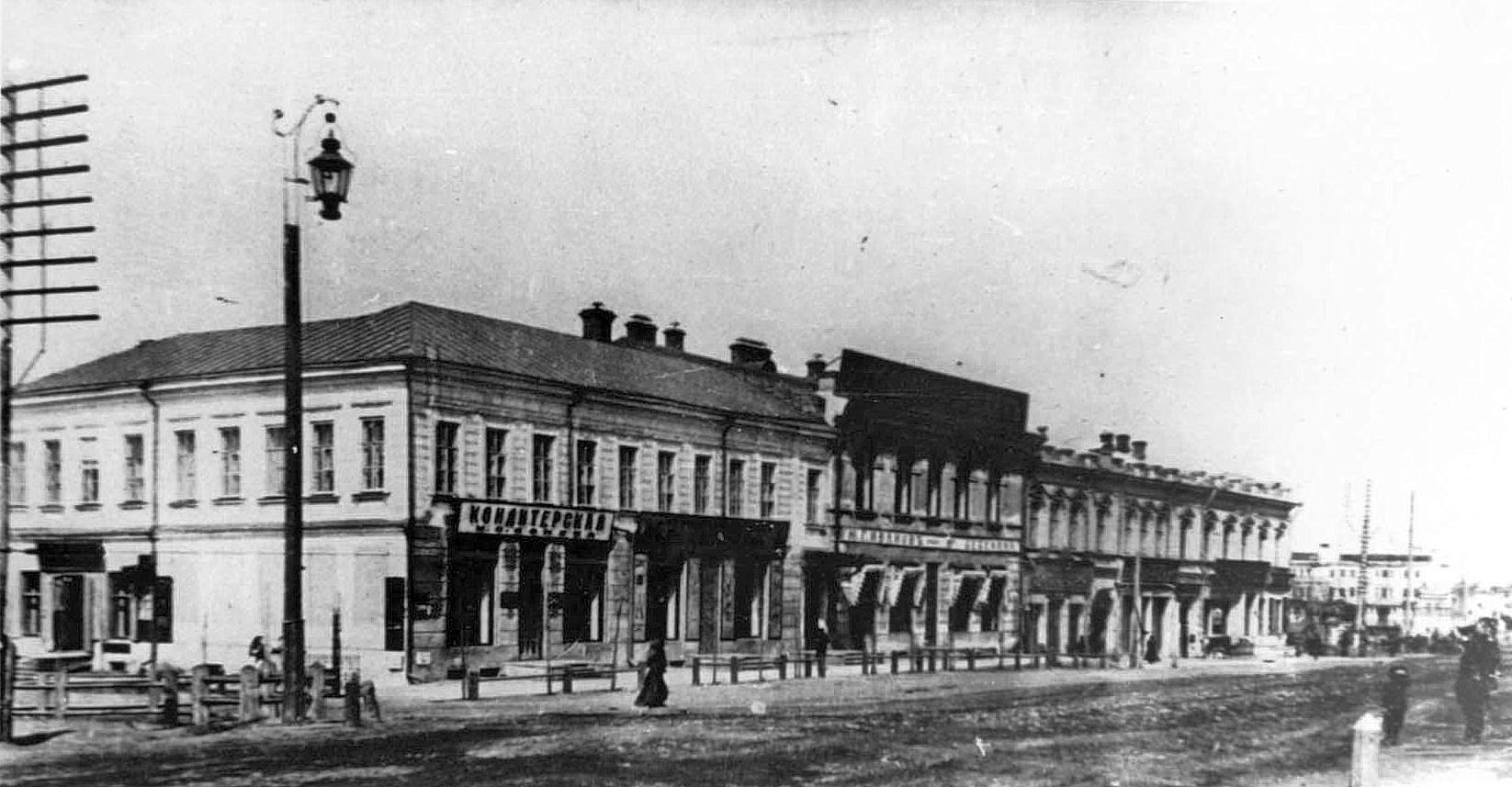 Дворцовая улица. Кондитерская Зонова и оружейный магазин Березина