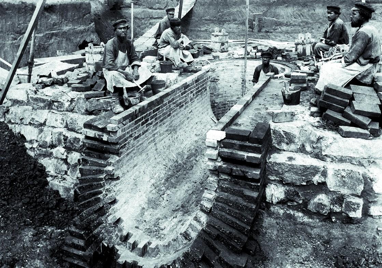 На строительстве дымовой трубы Омских жд мастерских. 1895