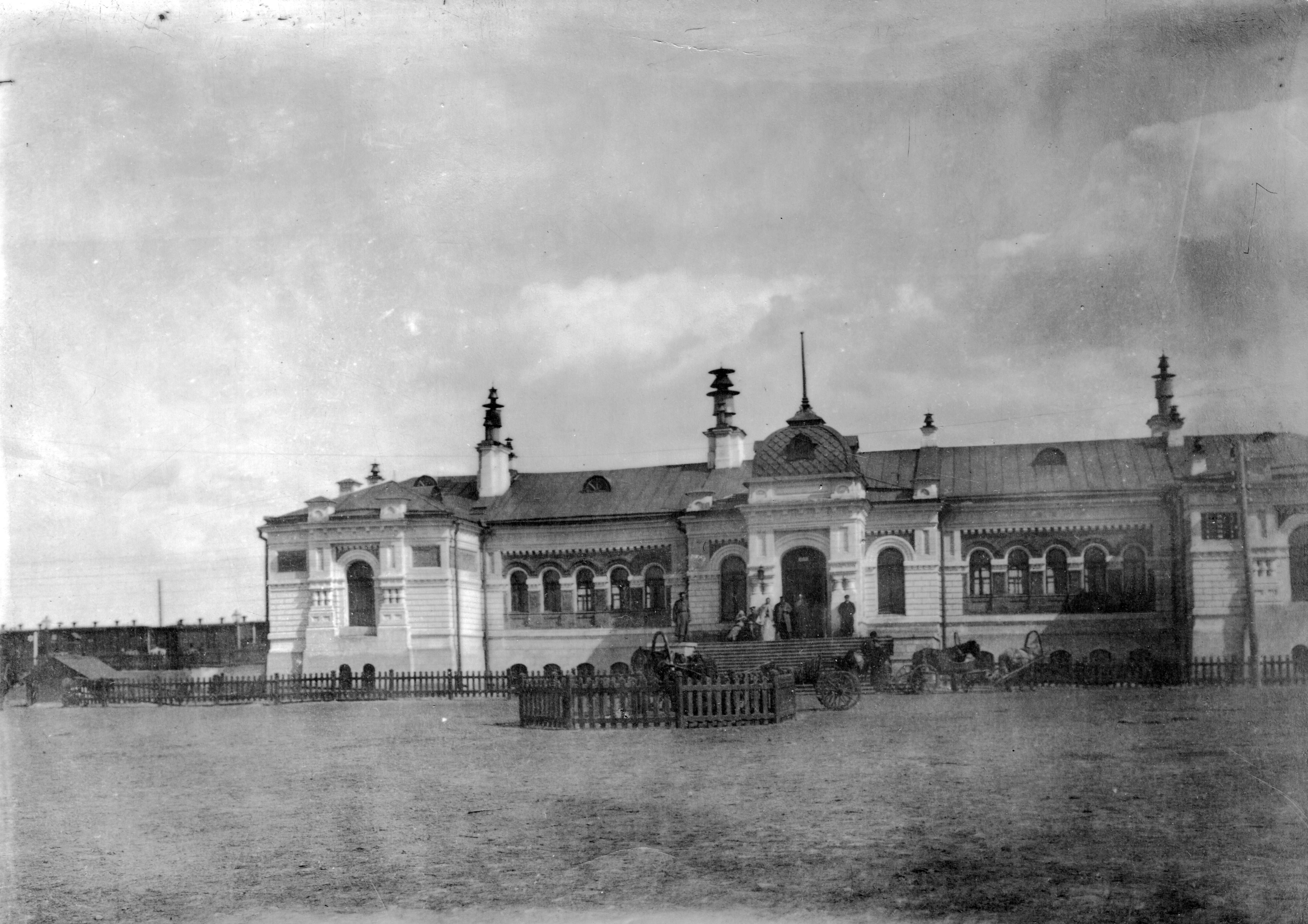 Первый железнодорожный вокзал станции Омск со стороны привокзальной площади. 1900
