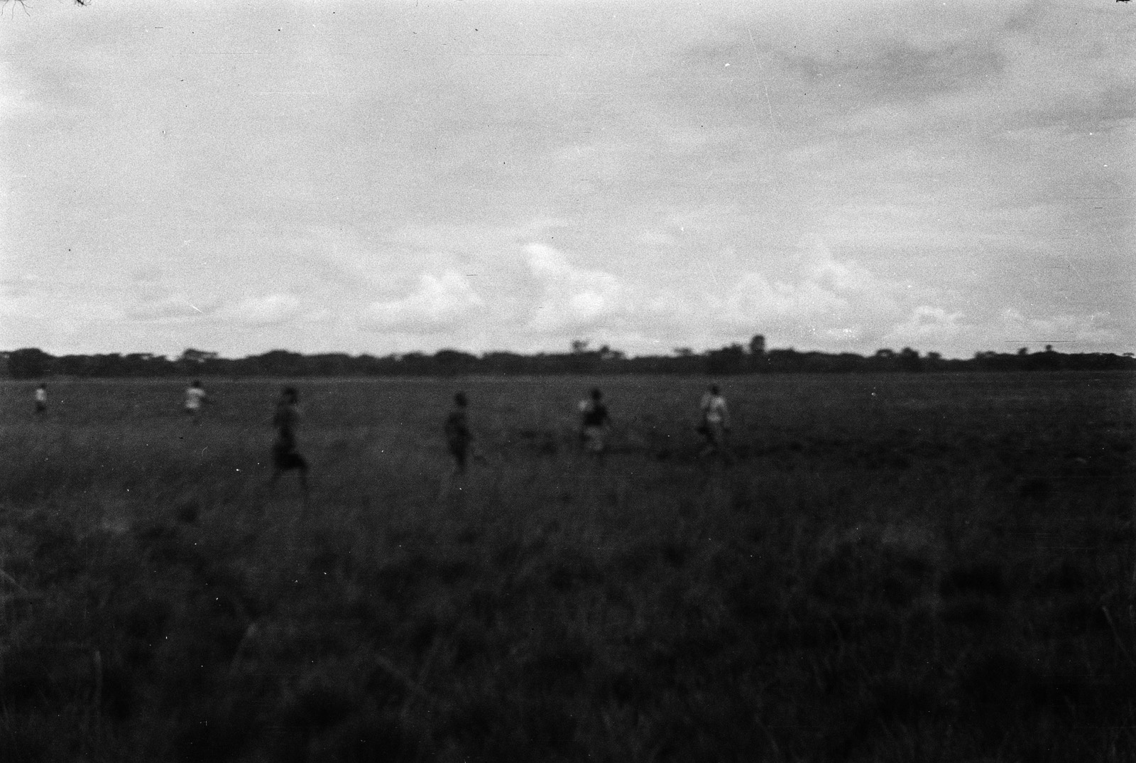 Н'Чанга. Группа мужчин пересекает дамбо