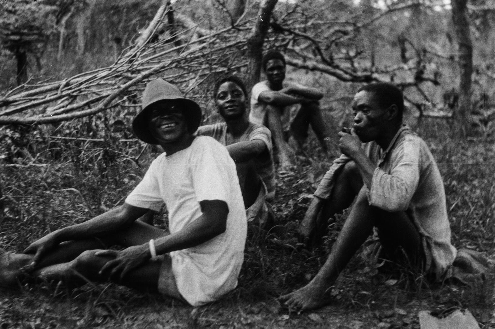 Н'Чанга. Мужчины народности лунда и кальвеносы из Анголы во время отдыха
