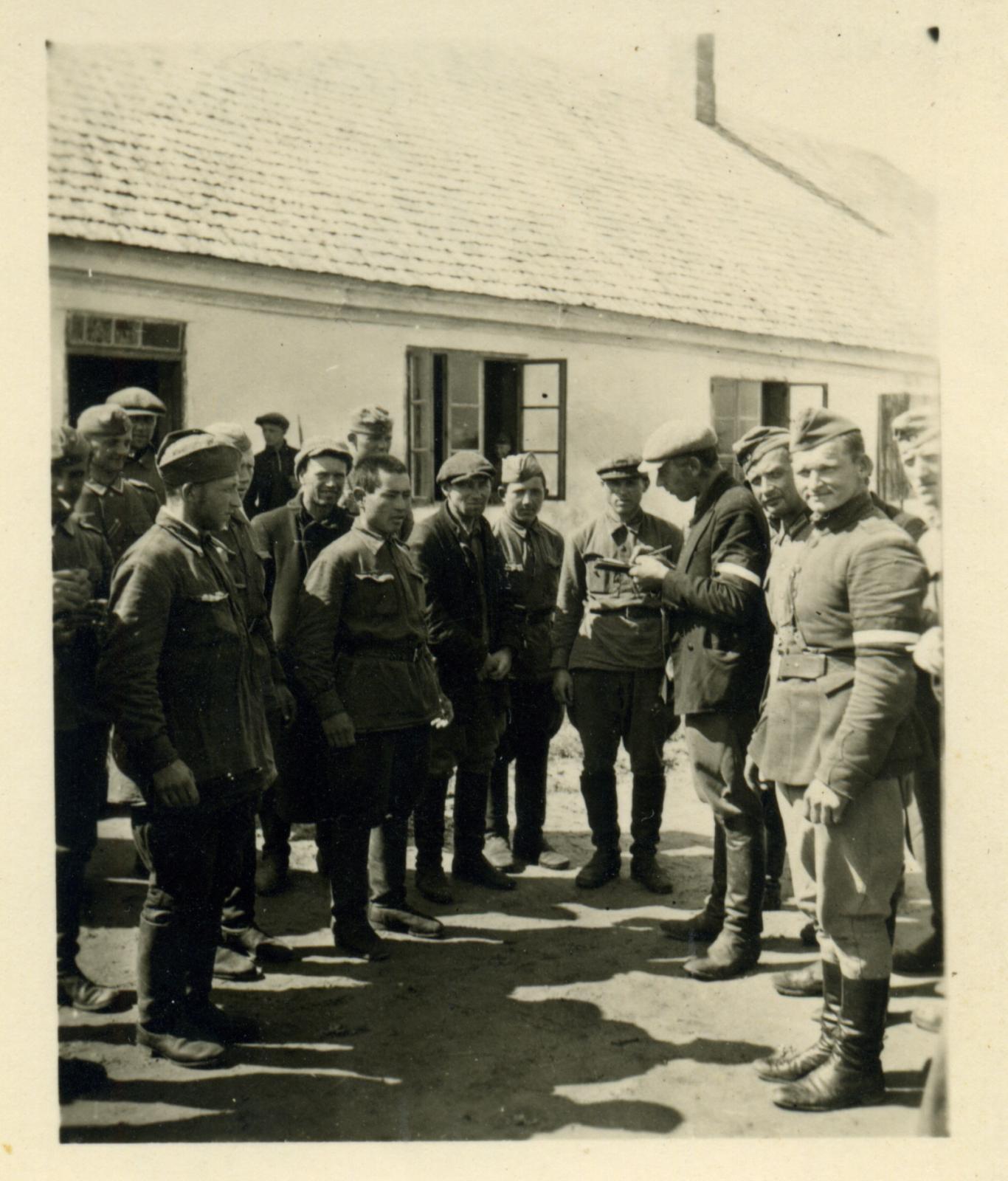 1941. Бойцы латвийской самообороны и советские военнопленные. Июль