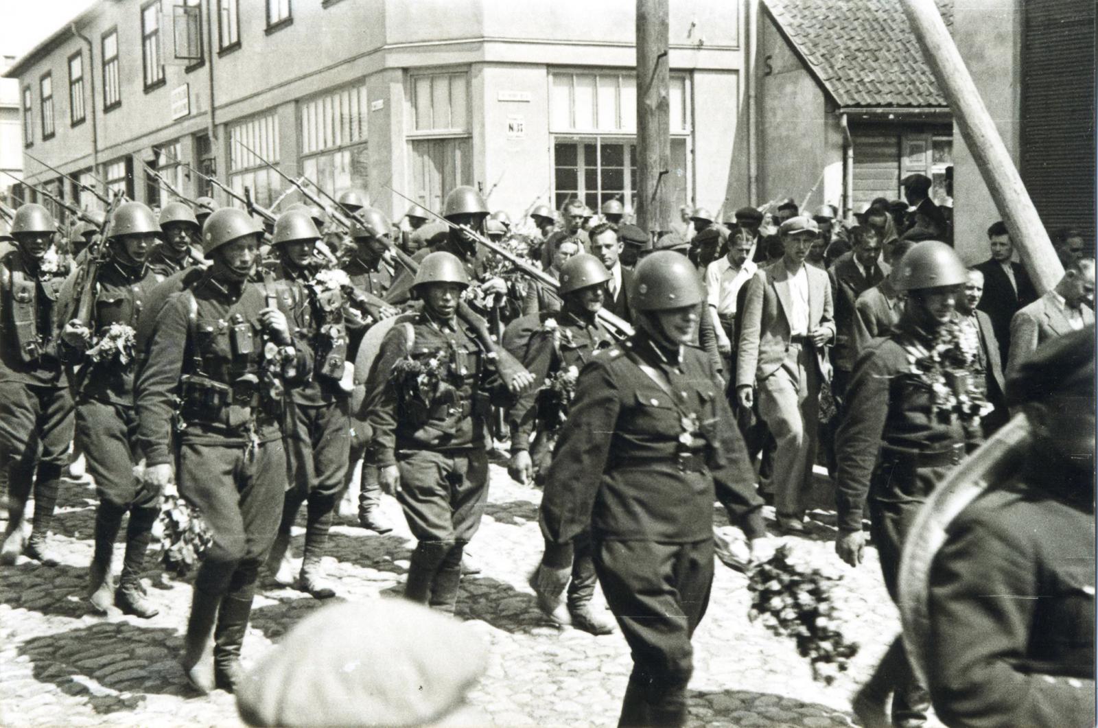 1942. Добровольцев из 26 Тукумского батальона провожают на фронт. Май