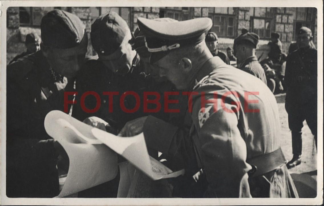 1942. 12.8. 9.00. Командир батальона показывает маршрут движения в Кривом Роге