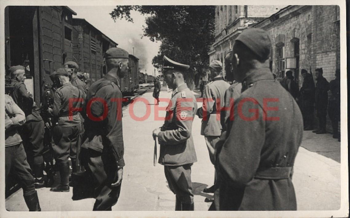 1942. 8.8. Третья рота въезжает в Кривой рог. Командир батальона разговаривает с офицером связи гауптманом Вилке