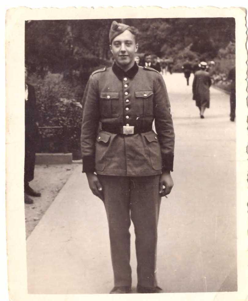 Латышский полицай с национальным щитком на рукаве.