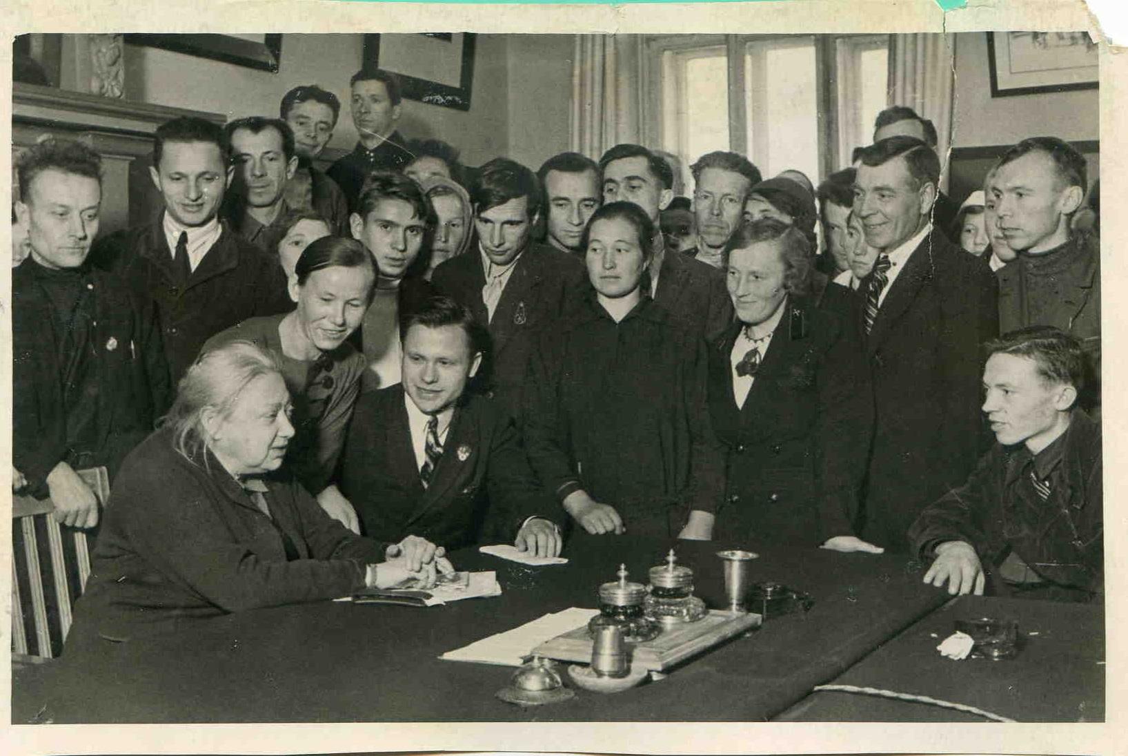 1926. Н.К.Крупская в группе делегатов Х съезда ВЛКСМ. Москва, 26 мая.
