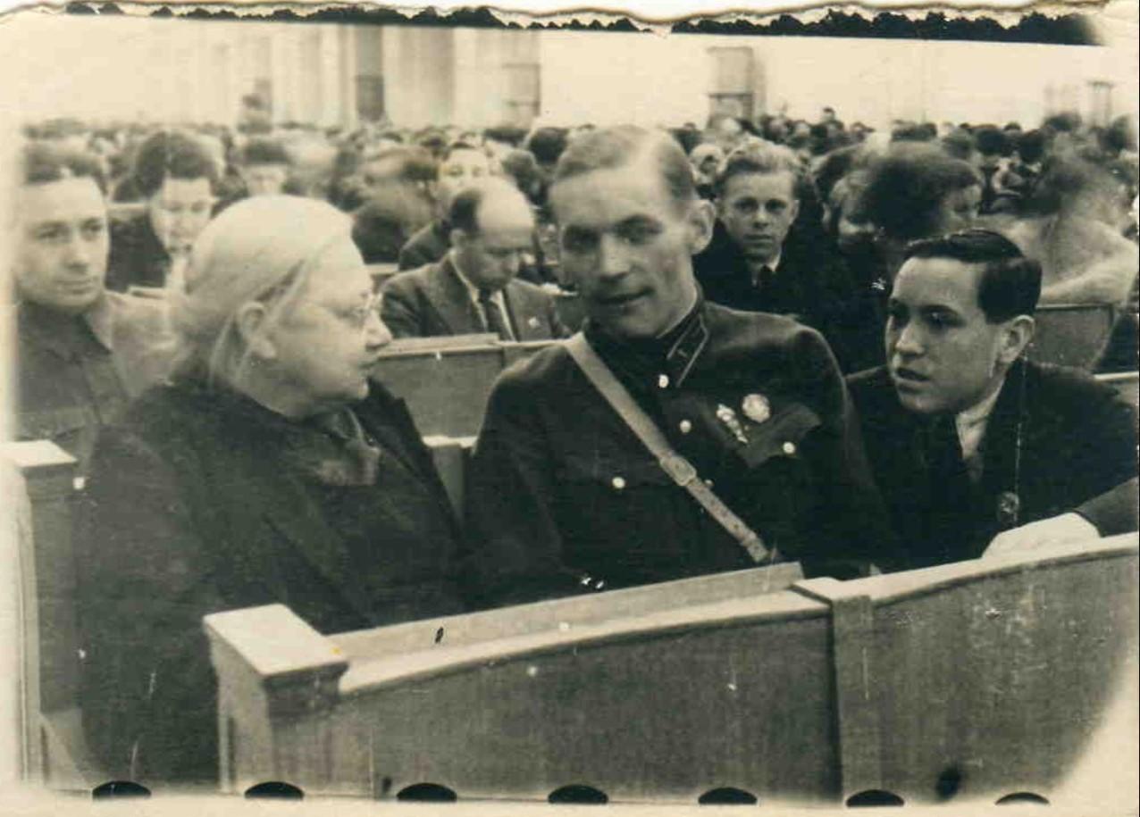 1926. Н.К.Крупская в группе делегатов Х съезда ВЛКСМ. Москва, 26 мая