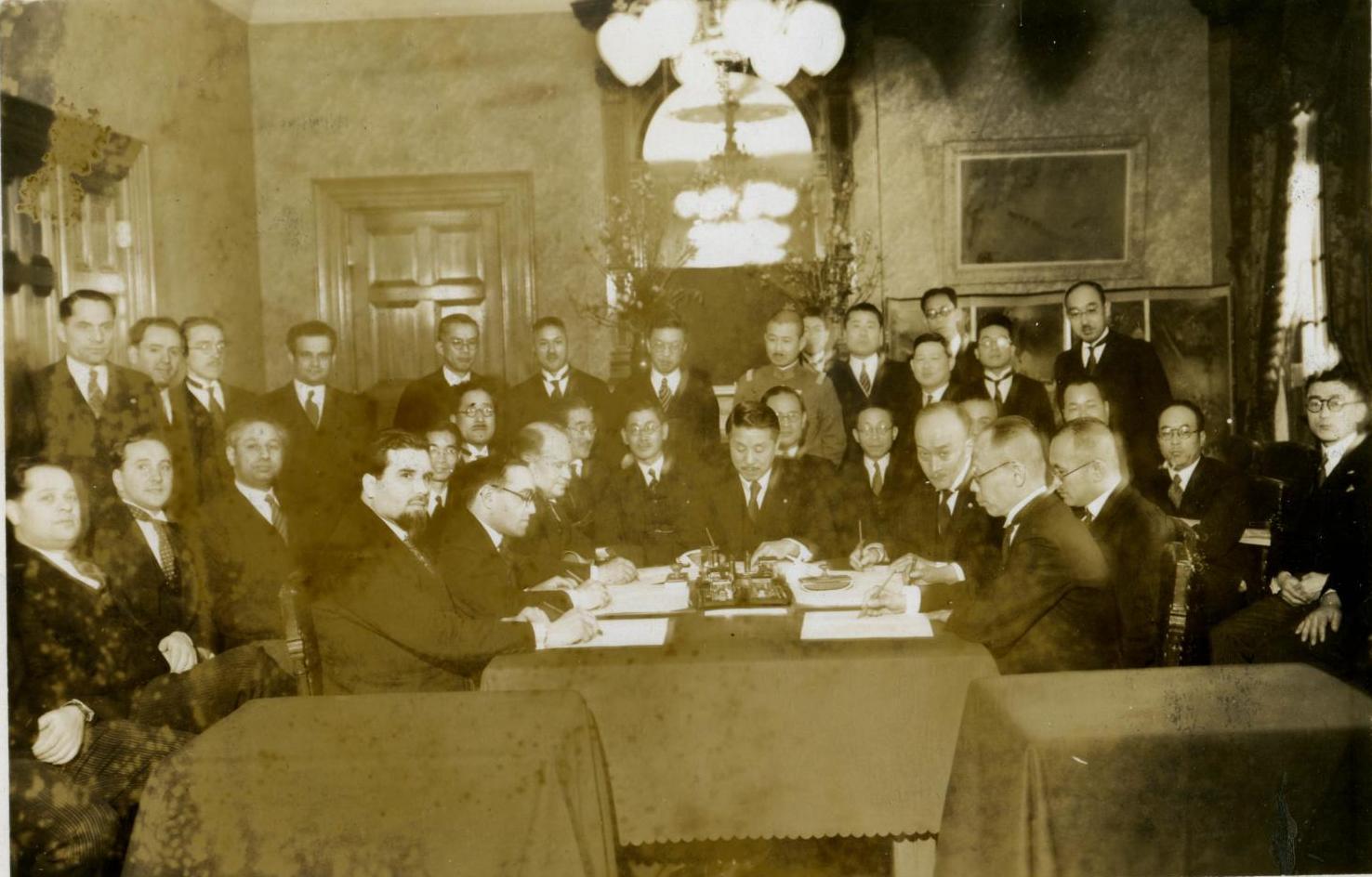 1935. Момент подписания соглашения о КВЖД в министерстве иностранных дел Японии. Токио, 23 марта