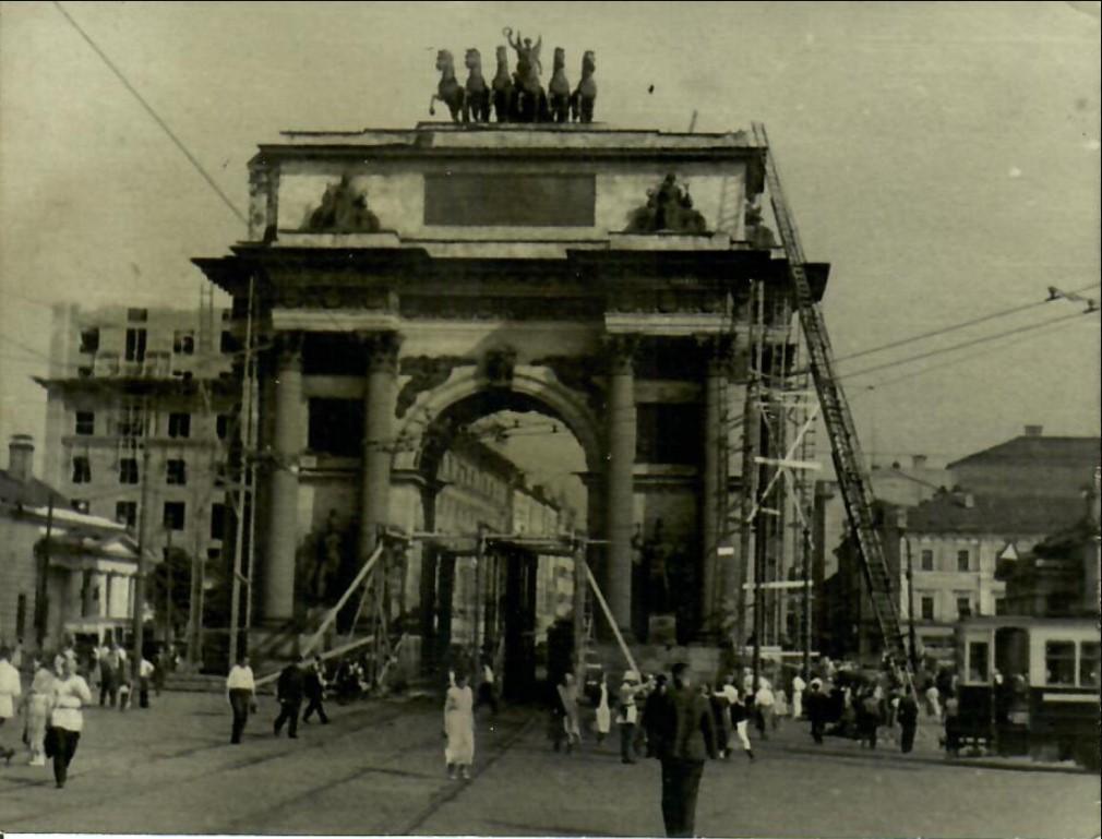 1936. Демонтаж Триумфальной арки в Москве