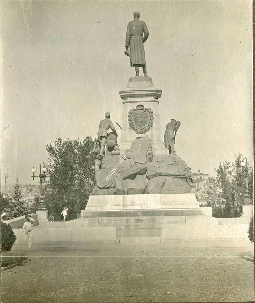 Севастополь. Памятник генерал-лейтенанту Э.И. Тотлебену, возглавлявшему инженерную оборону Севастополя во время Крымской войны