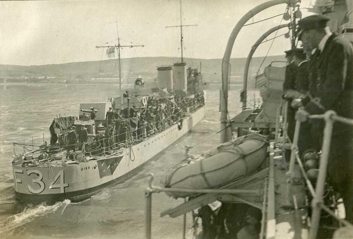 Эсминец 'Сикх' берет на борт деникинцев с крейсера 'Калипсо', Феодосия