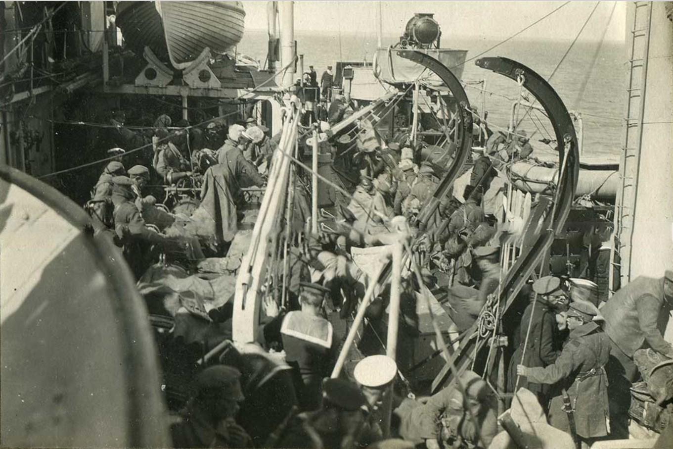 Крейсер 'Калипсо', выгрузка на берег деникинских войск в Феодосии