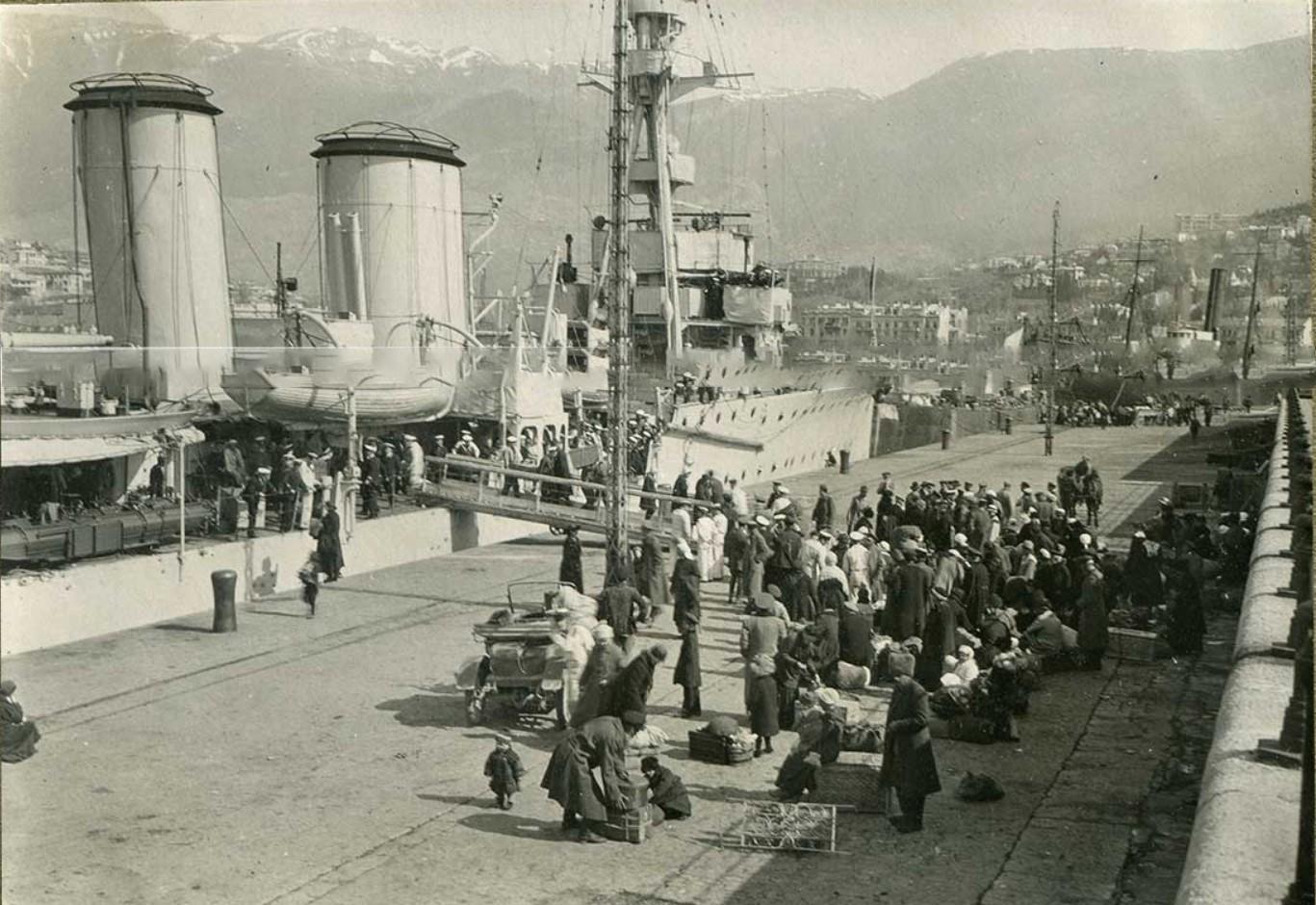 Ялта. Русские беженцы из Сочи сходят на берег с борта крейсера 'Калипсо' в Ялте.