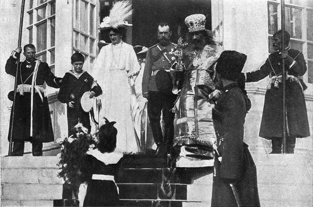 Выход Их Величеств из Смоленского кафедрального собора.1912