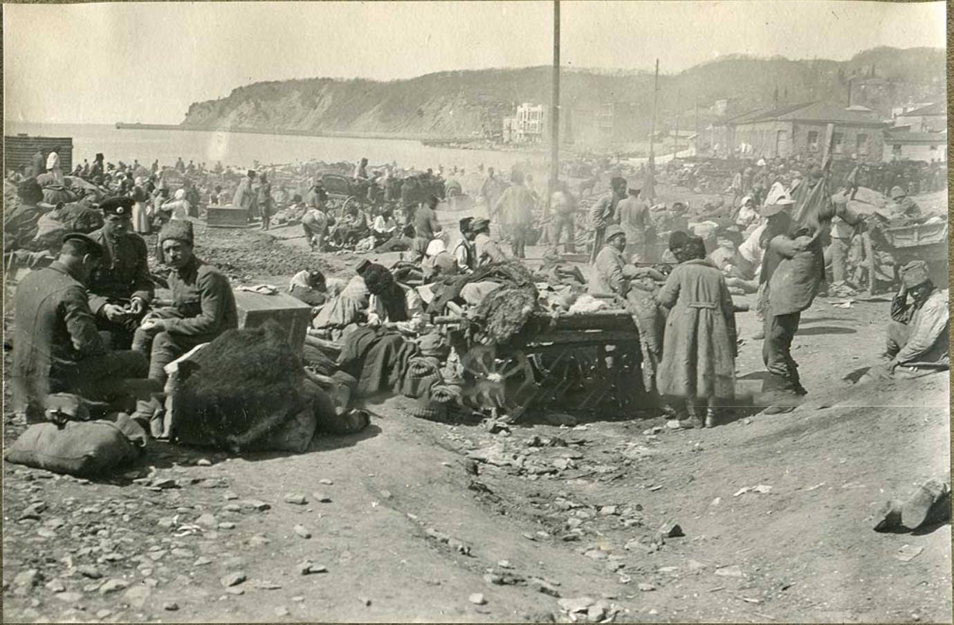 Беженцы на пляже Туапсе перед эвакуацией