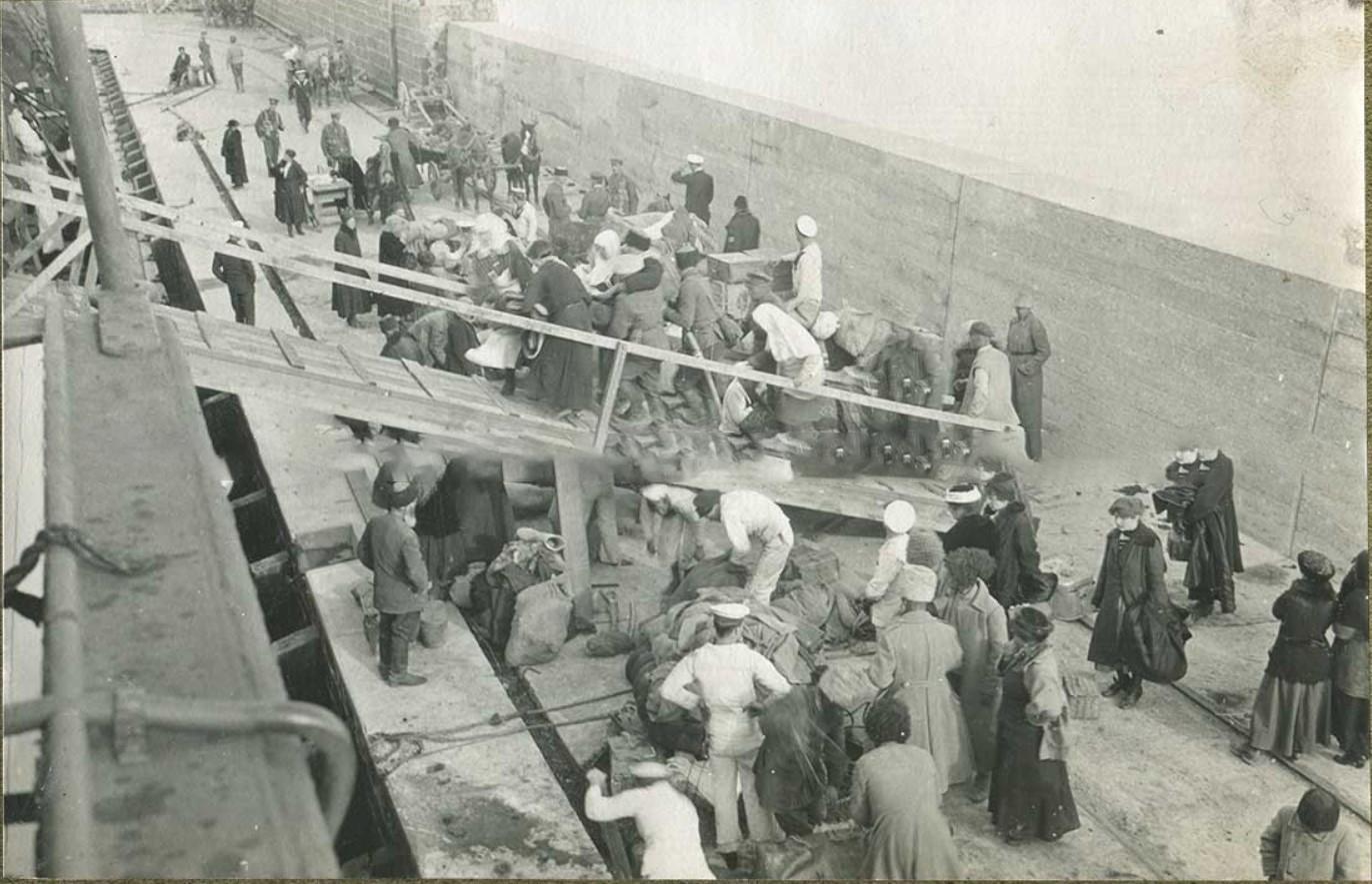 Эвакуация Туапсе, подъем на борт раненых