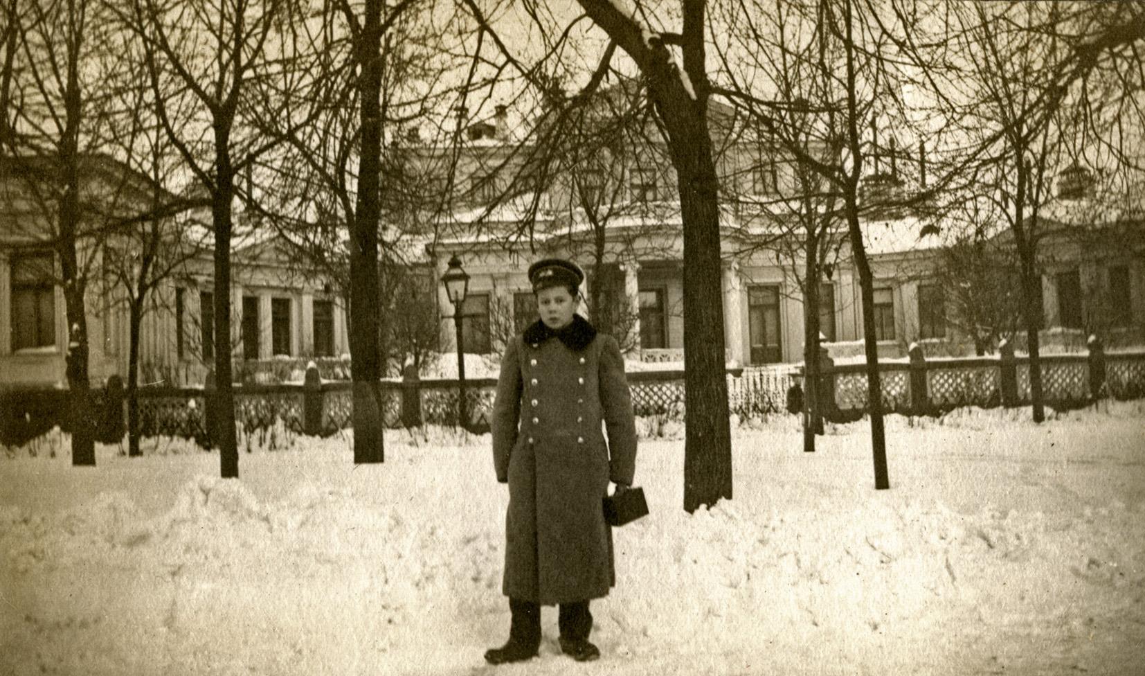 Гимназист на Смоленском бульваре - особняк М. Морозова