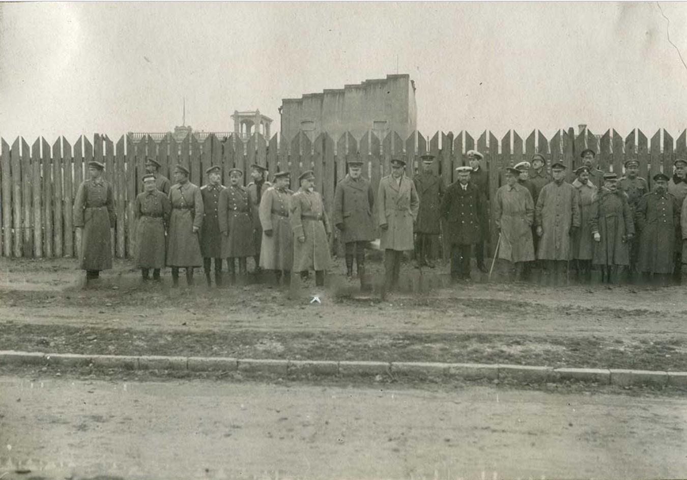 Генерал Деникин и его штаб перед прохождением торжественным строем британских войск