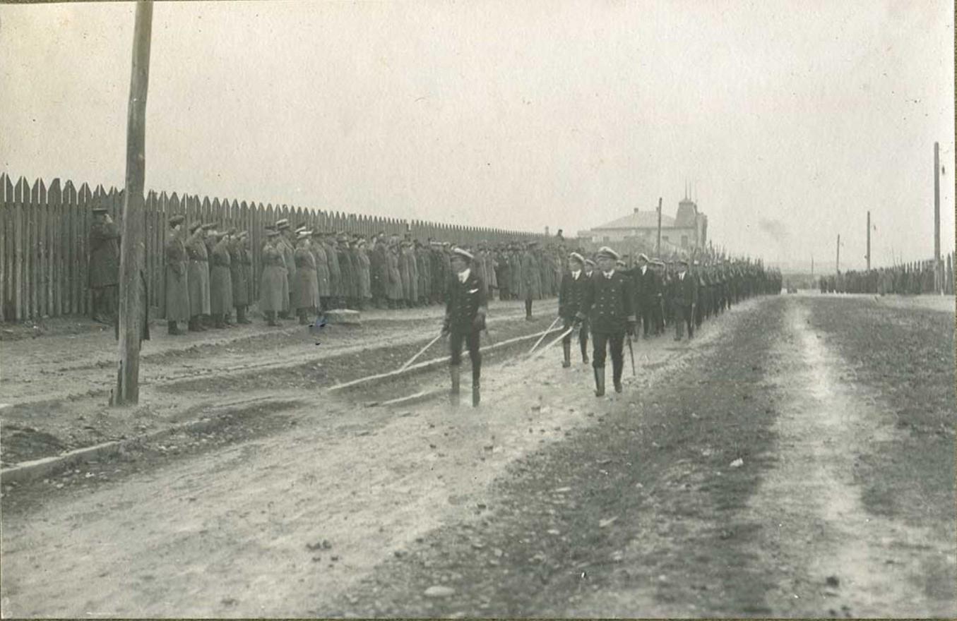 Генерал Деникин отдает воинское приветствие морякам военно-морского флота Великобритании
