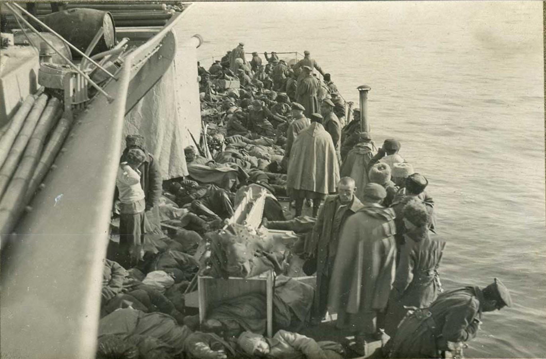 Крейсер 'Калипсо' перевозит деникинские войска из Новороссийска в Феодосию