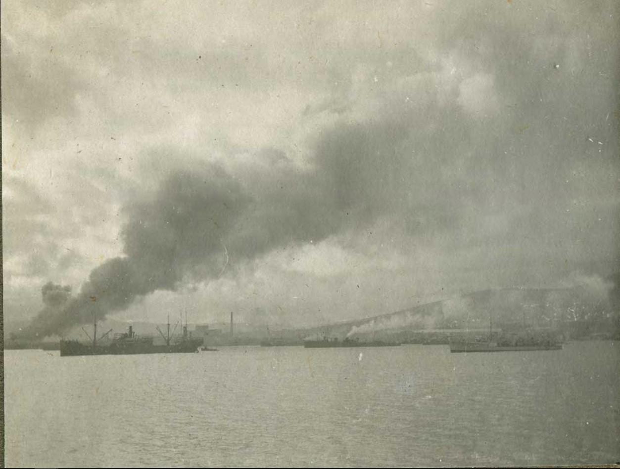 Новороссийск, подожженный отступающей деникинской армией перед эвакуацией