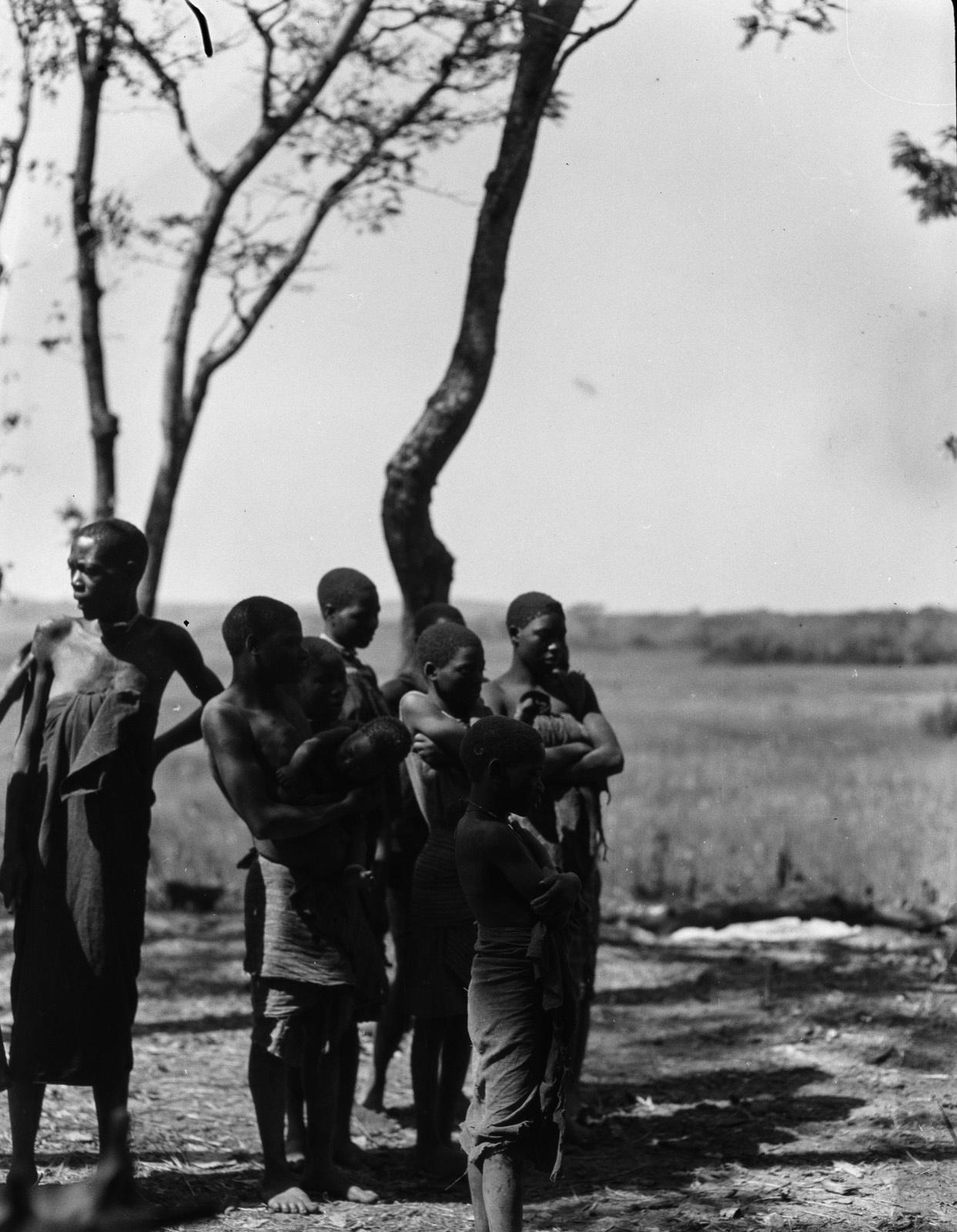 Касемпа. Женщины и дети на краю равнины