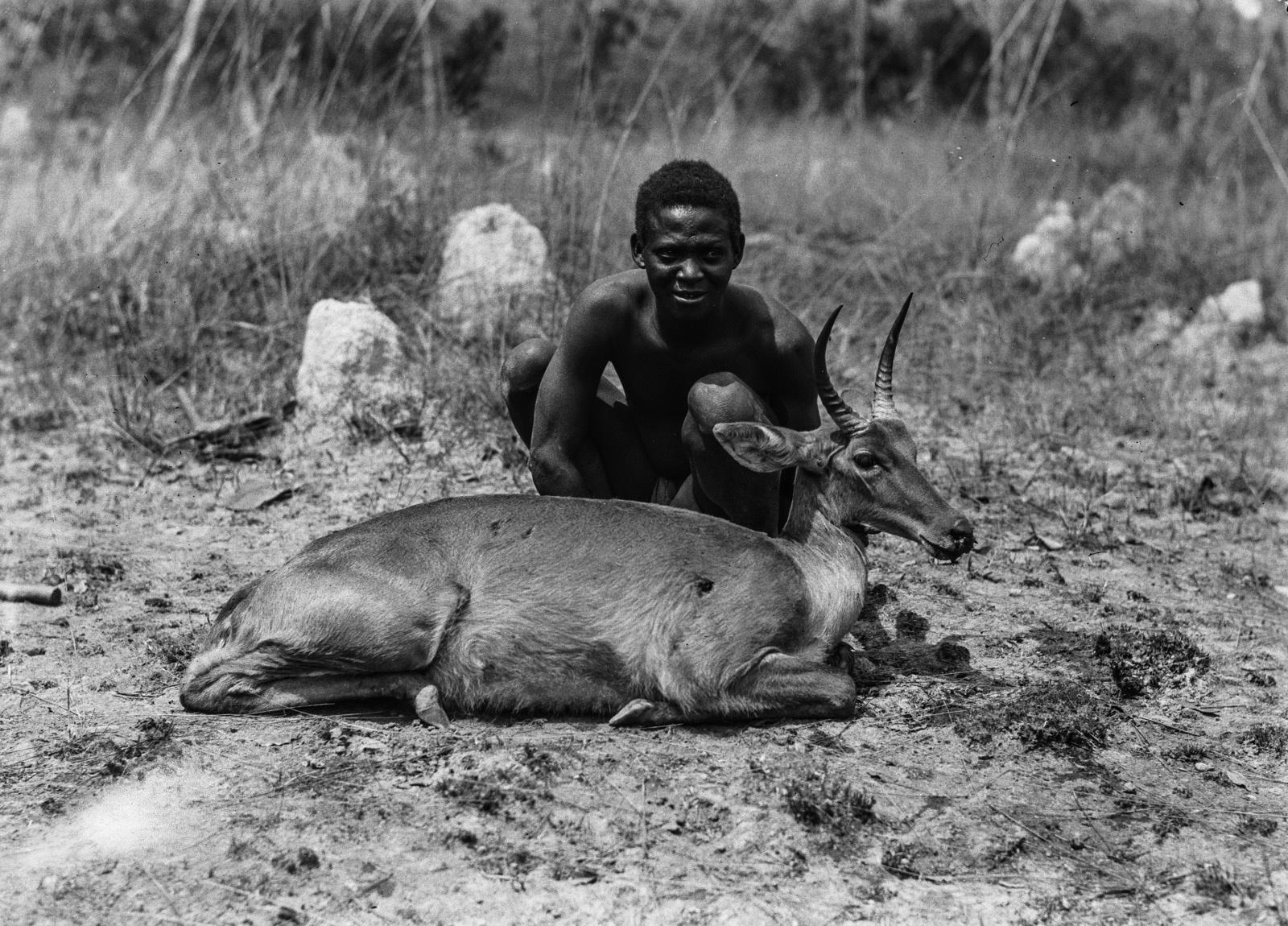 Касемпа. Мужчина народности ловале с убитым болотным козлом