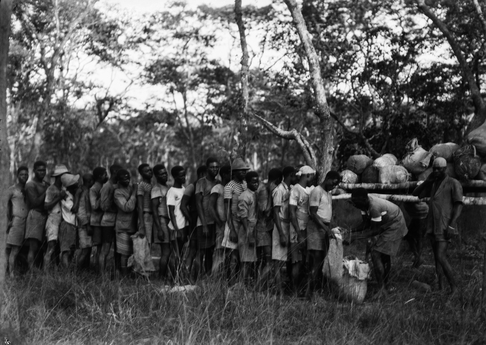 Касемпа. Носильщики стоят в длинной очереди за едой