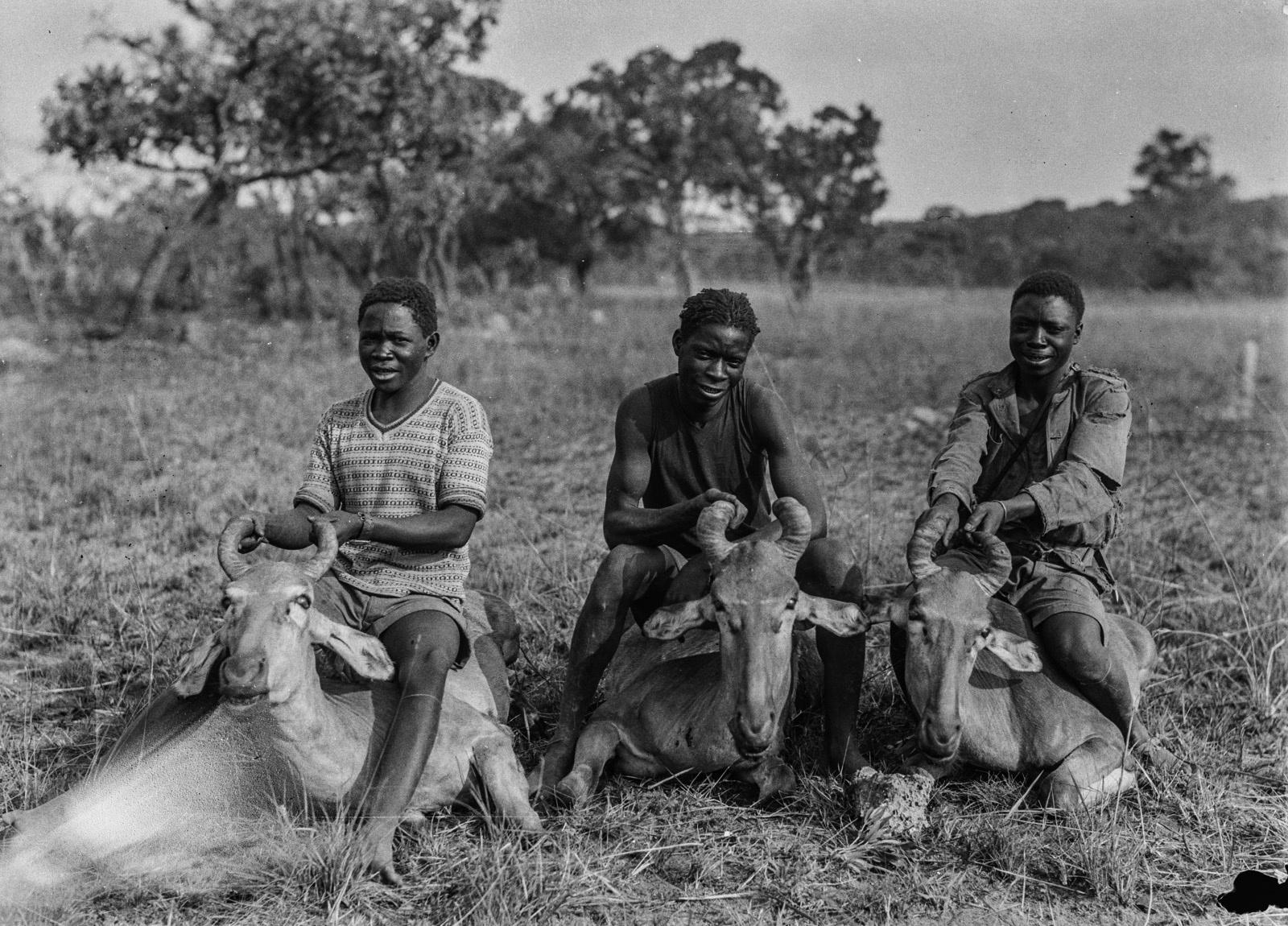 Касемпа. Трое ангольцев с убитыми антилопами