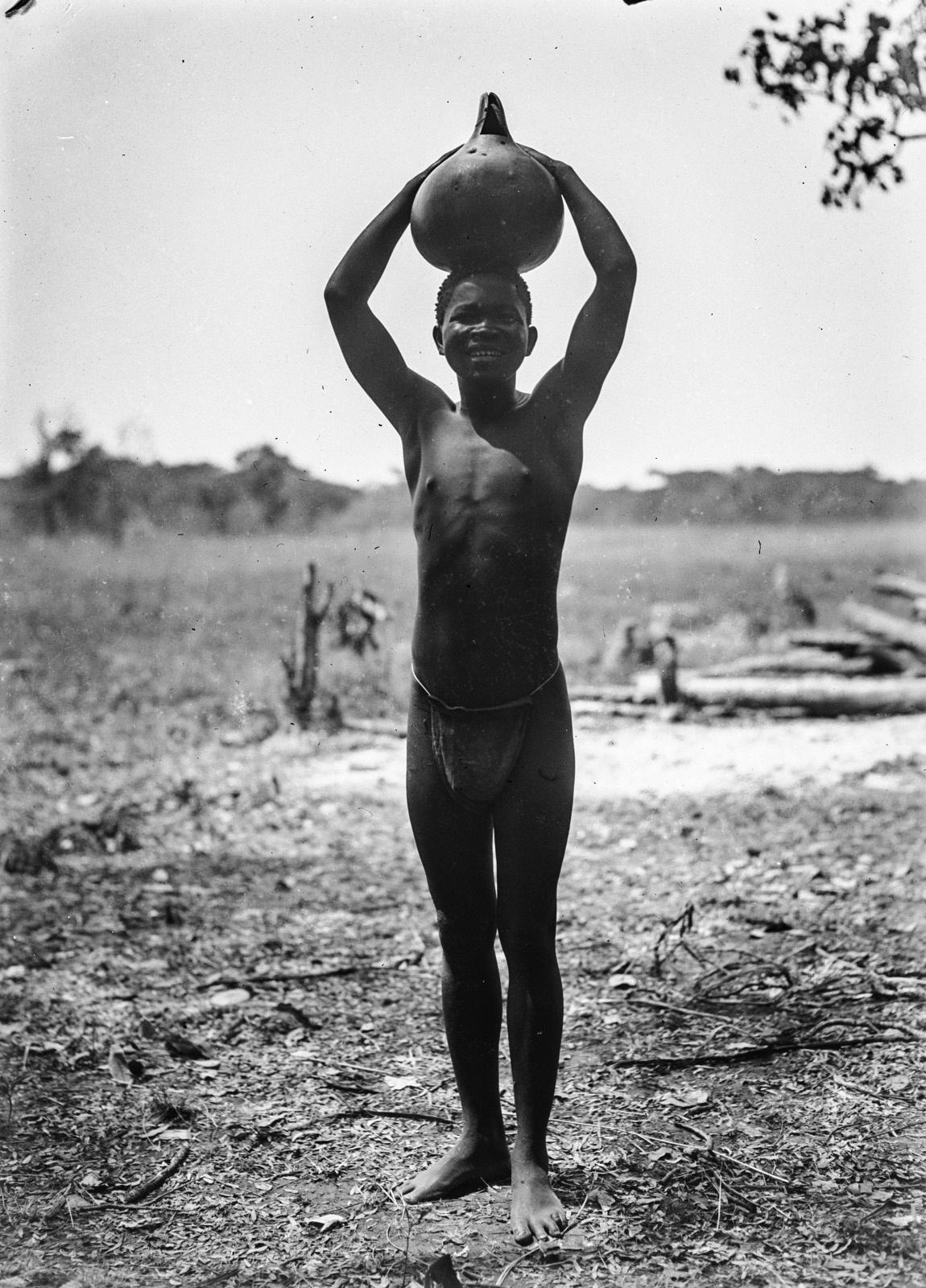Касемпа.  Мальчик с наполненной водой тыквой на голове