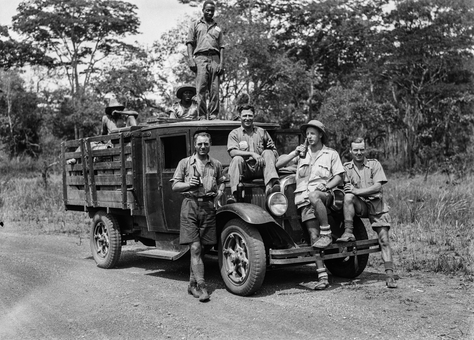 Кансанши. Члены экспедиции со своим грузовиком