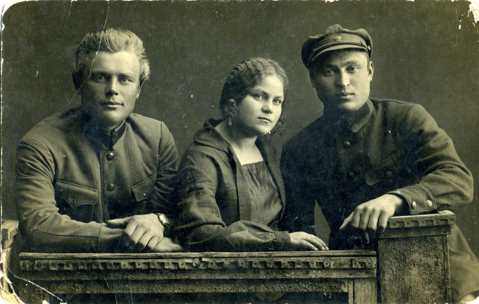 1929. 2 чекиста и девушка. г. Самара