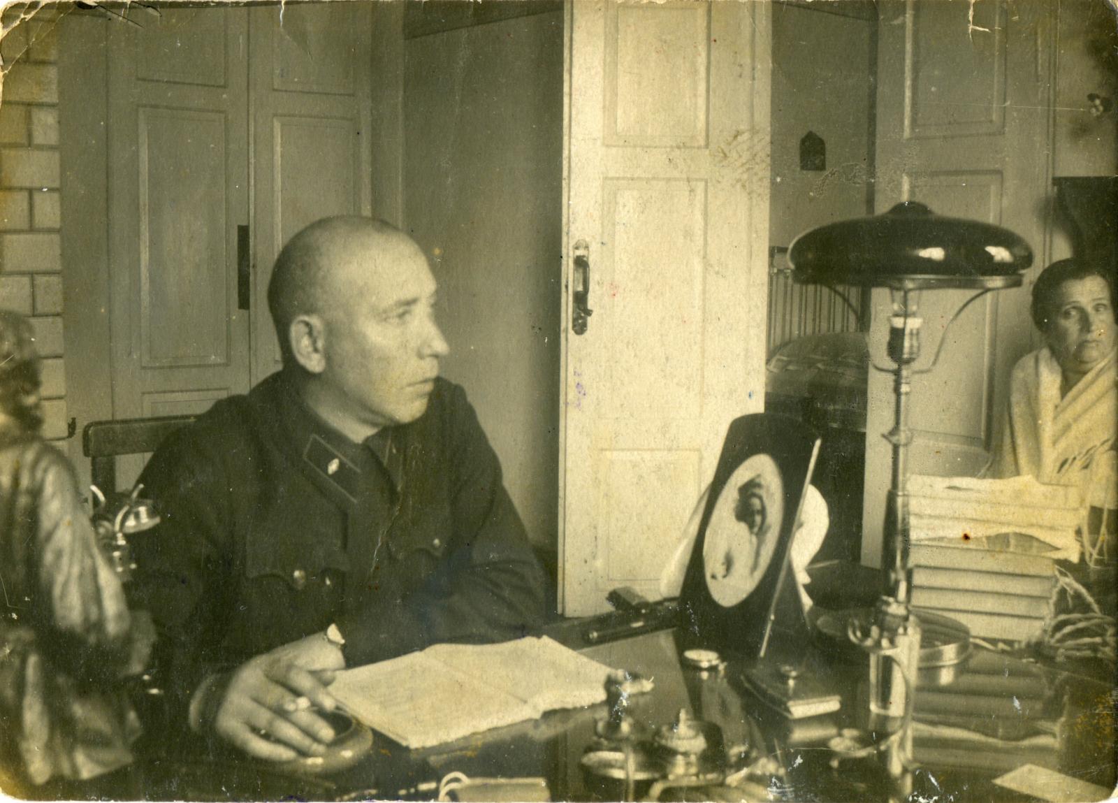 1930-е. Сотрудник  ОГПУ со знаками различия 10-й должностной категории у себя дома, в кабинете