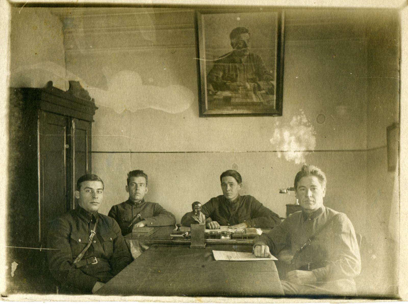 1930-е. Сотрудники ОГПУ за столом в кабинете