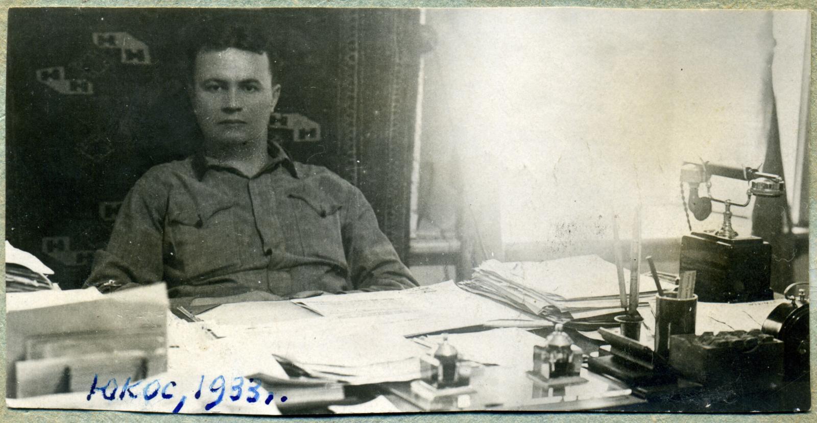 1933. Василий Макарович Маевский в кабинете за рабочим столом