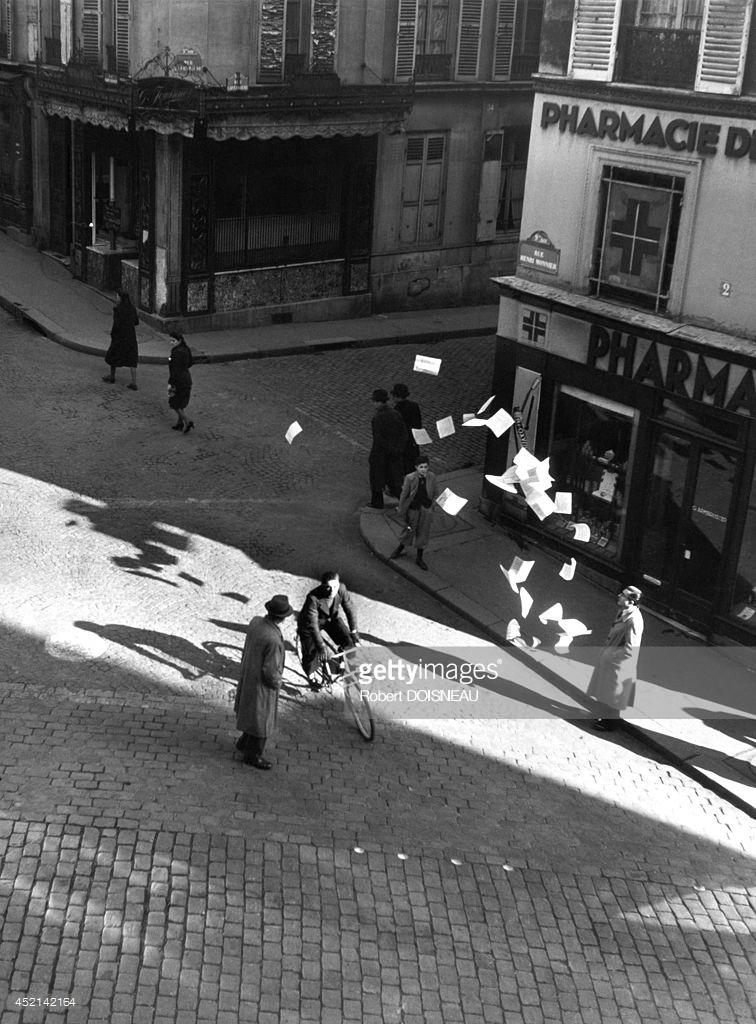 1944. Человек на велосипеде разбрасывает листовки в районе Нотр-Дам де Лоретт